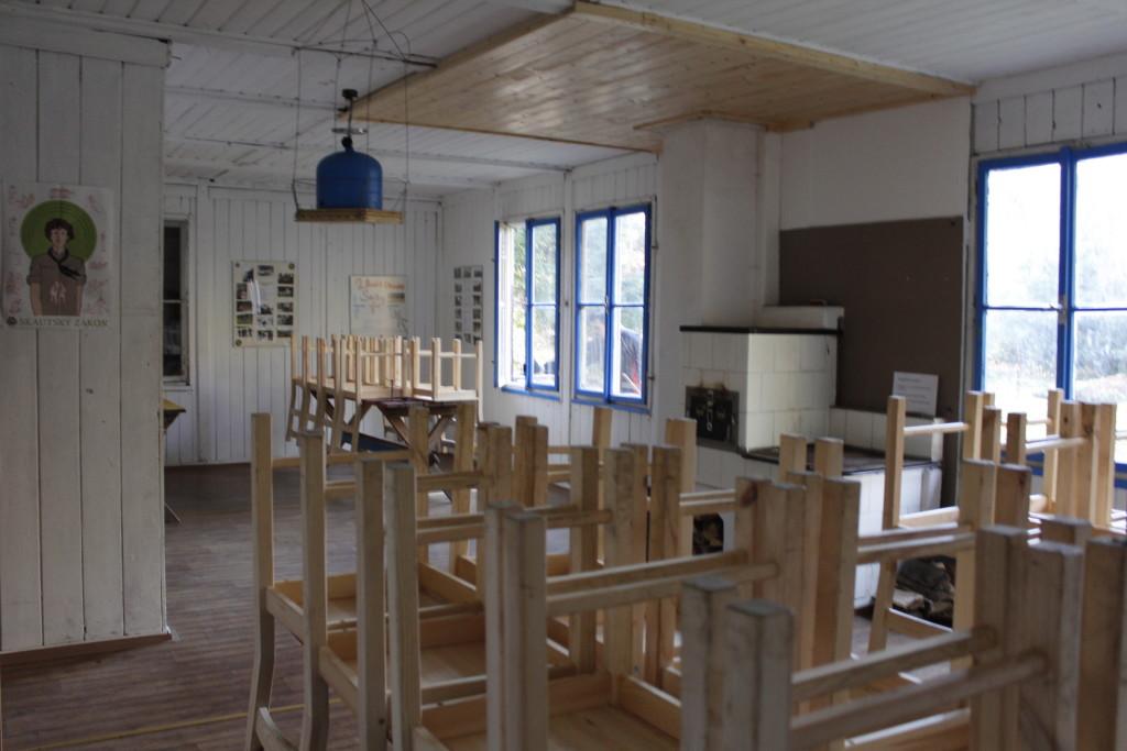 Společenská místnost v chatě č. 2 s kachlovými kamny.